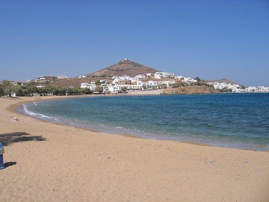 Logaras, Greece: Carmel Apts (volets bleus) vu du fond de la plage.