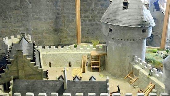 Le Chateau de Lavaux Sainte-Anne: Salle du seigneur: la maquette de la forteresse : l'accès en bois du donjon par le 1er étage