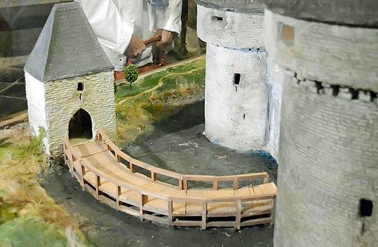 Le Chateau de Lavaux Sainte-Anne: Maquette : le pont d'accès en bois pouvait être détruit lors d'attaque