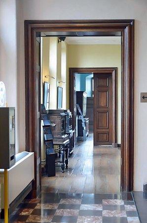 Le Chateau de Lavaux Sainte-Anne: Suite de salons avec cabinets à tiroirs secrets