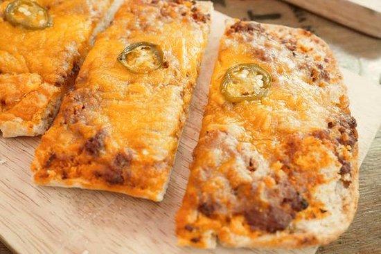 MonDoré : coca jalisco: jalapeños, salsa boloñesa y queso cheddar
