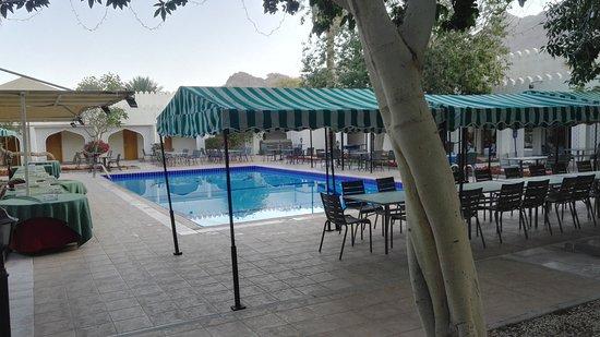 Falaj Daris Hotel: patio interno con piscina