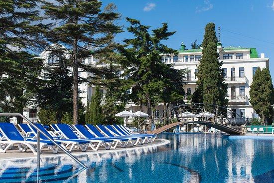 Riviera Sunrise Resort & Spa Alushta: Собственный открытый бассейн на фоне корпуса Classic