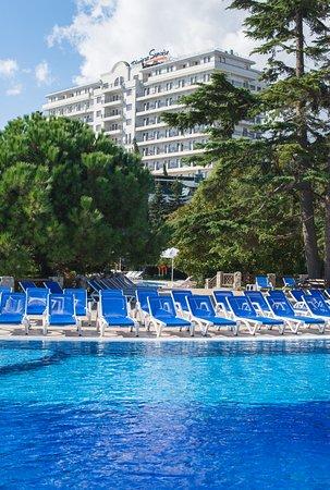 Riviera Sunrise Resort & Spa Alushta: Собственный открытый бассейн на фоне корпуса Modern