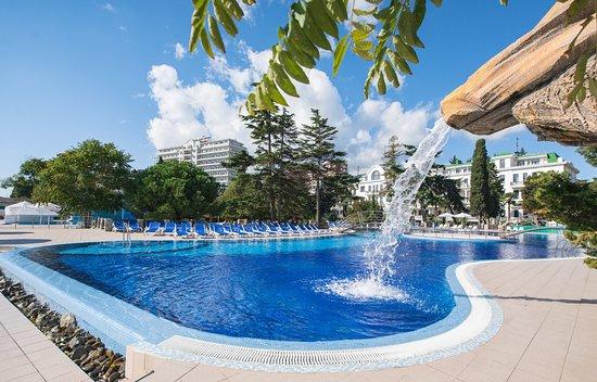 Riviera Sunrise Resort & Spa Alushta: Собственный открытый бассейн с водопадом на фоне корпусов Modern и Classic