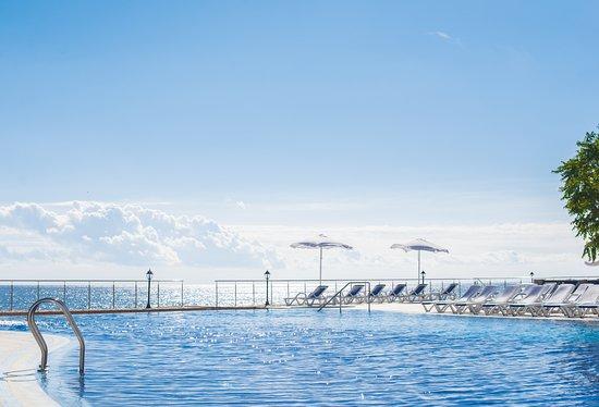 Riviera Sunrise Resort & Spa Alushta: Собственный открытый бассейн на фоне моря