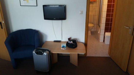 Usseln, Tyskland: Sehr alte Einrichtung, Minifernseher mit wenig Programmen