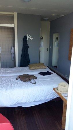 Strandhotel Westduin: Doppelbett Flur Einblick in Duschecke mit Schiebetür