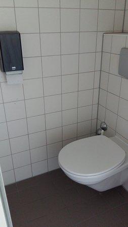 Strandhotel Westduin: WC bereich, da die Breite der Fliese ca. 12 cm ist, können Sie die Breite der Kabine ausrechnen