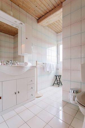 Klopeinersee, Austria: Badezimmer mit Dusche & WC