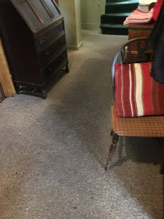 Millstone Country Inn: Grime trodden carpet from rooms to restaurant