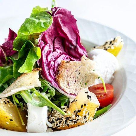 Karpatia Restaurant & Brasserie: Rukkola saláta lágy kecskesajttal és körtével - Ruccola salad with soft goat cheese and pear