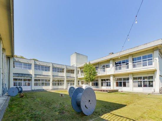 Iikane Palette Dormitory: 正門右側には旧「猪位金小学校」の銘板。