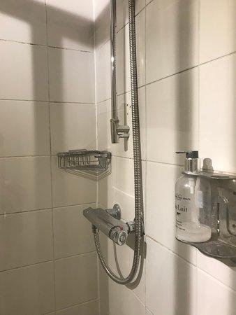 Loch Fyne Poole: basic bathroom - dirty