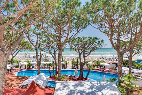 Agora' Park Hotel: Panoramica della piscina e della spiaggia