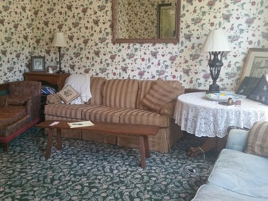 Spahn House Bed and Breakfast: Our den and television room, perviously the formal dining room, where guests mingle and make fri