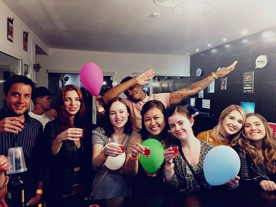 Pub Crawl Seville: Balloons!! Drinks!! And friendly lovely people!! :D