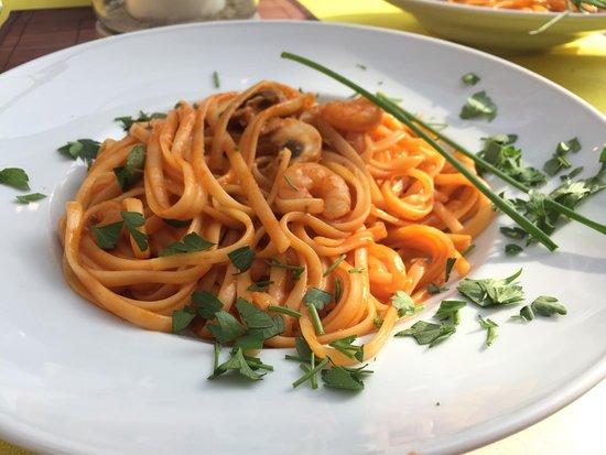 Cabana Paguera: Spaghetti in Tomaten-Garnelen-Sosse mit gemischtem Salatteller