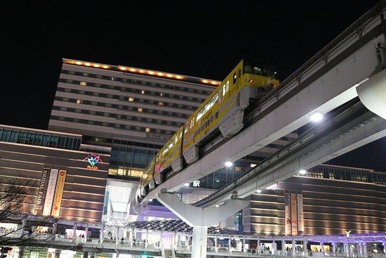 Kokura Station Building: モノレールが吸い込まれるかのような風景