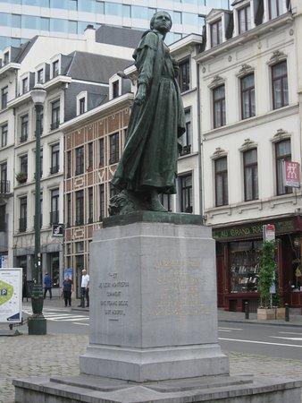 Statue: Gabrielle Petit at place St Jean: Statua di Gabrielle Petit