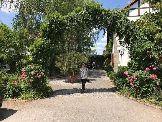 Gutsgaststatte Rappenhof: Eingang & zufriedene Gästin