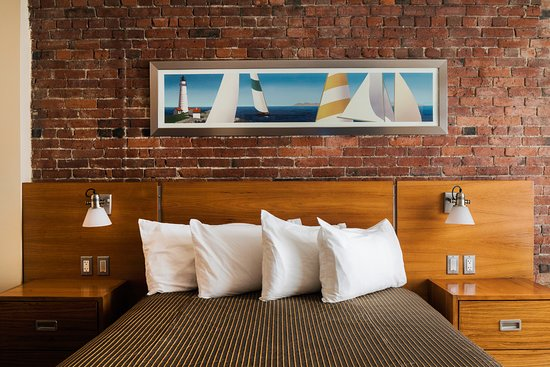 Harborside Inn : Queen bed, Interior Brick