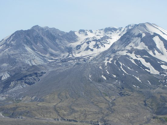 Johnston Ridge Observatory: Mount St. Helens and snow-covered lava dome