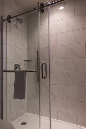 DoubleTree by Hilton Youngstown Downtown: Spacious shower