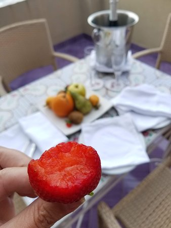 Minerva Hotel: Best strawberries ever! What a welcome setup!