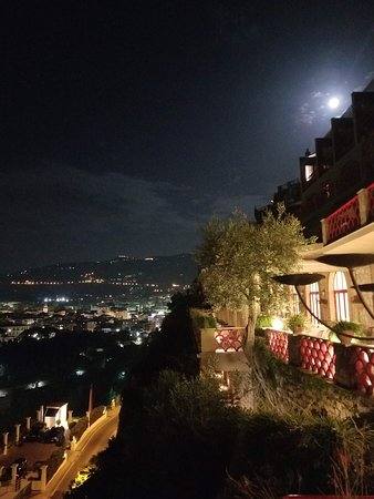 Minerva Hotel: Full moon over the hotel.