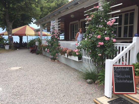 Chieming, Tyskland: Blick vom Strandbadeingang gegenüber auf Veranda und Terrasse am See