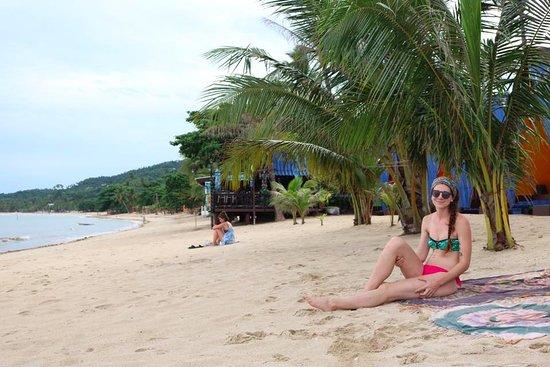 New Hut Bungalows: the beach!