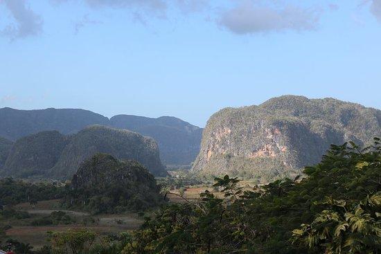 Valle de Vinales: El Valle visto desde una ruta por autobús...