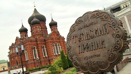 Monument to Tula Gingerbread: Пряник крупным планом на фоне Свято-Успенского Кафедрального собора