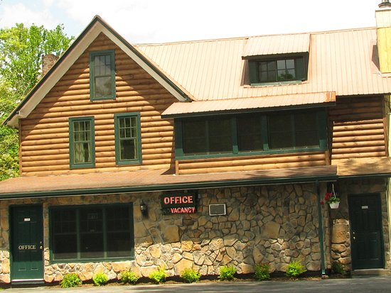 Pine Knoll Lodge & Cabins Inc: Front Office entrance
