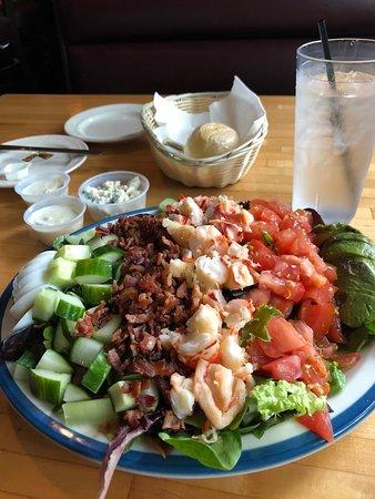 Hatfield, Массачусетс: Lobster cobb salad- huge!
