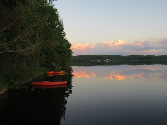Cornell, Висконсин: Sunset with moored kayaks