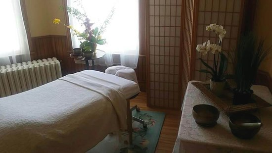 Port Elgin, Canada: Hot stone therapy at Terra Bella by the Shore.