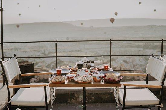 Dream Of Cappadocia: Terasta balonların dansı ile organik kahvaltı