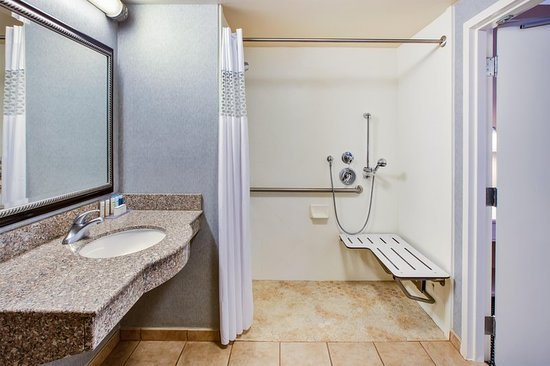 Hampton Inn and Suites Cape Cod - West Yarmouth: Guest room
