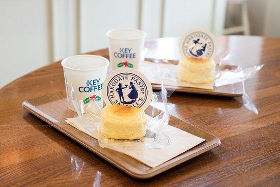 Pastry Snaffle's, Takaoka: 店員給人客試味也一絲不苟,還付帶咖啡的。