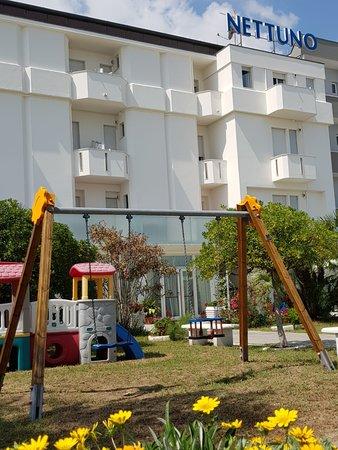 Hotel Nettuno Senigallia: Giardino con giochi, fantastico.