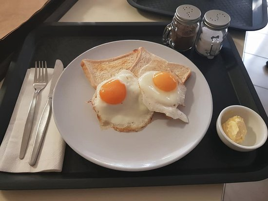Limassol Motel: Breakfast room service - Egg's on toast