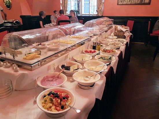 Hotel Konig Von Ungarn: Breakfast at Koenig von Ungarn, placescases.com