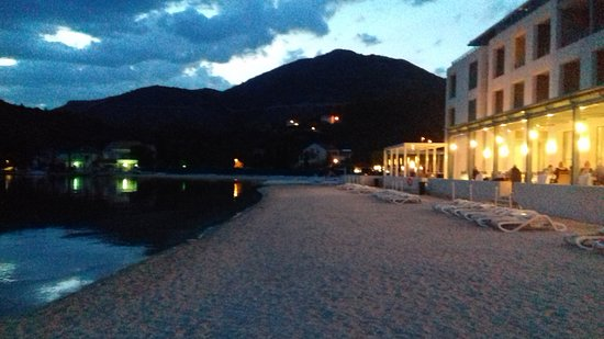 Slano, Kroatien: Back entrance to the hotel directly on the beach