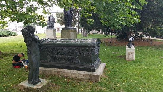 Sarkophag und Trauernde