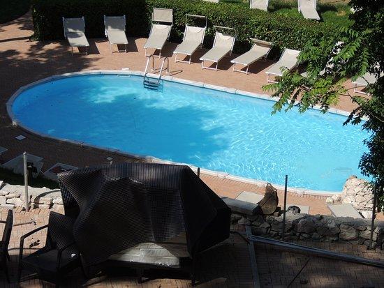 Freelandia la Valle dei Caprioli: Schwimmbad mit Liegen