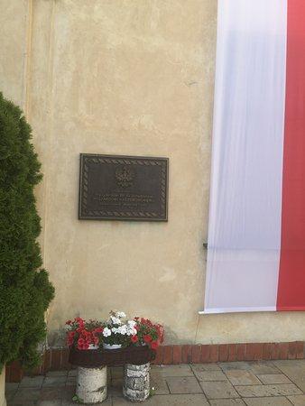 Pultusk, Poland: Tablica pamiątkowa na hotelu - zamku w Pułtusku
