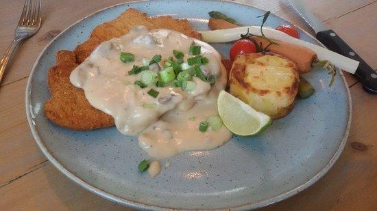 Beek, Países Baixos: Hoofdgerecht (erg grote schnitzel), de slappe wortel en asperge was niet erg spannend...
