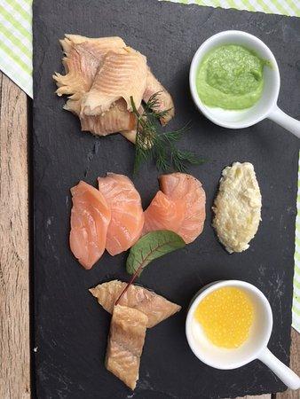 """Gmund am Tegernsee, Deutschland: """" Allerlei Raeucherei """" ( warme Forelle , Balik Lachs , Aal ) mit Dips und Brot"""